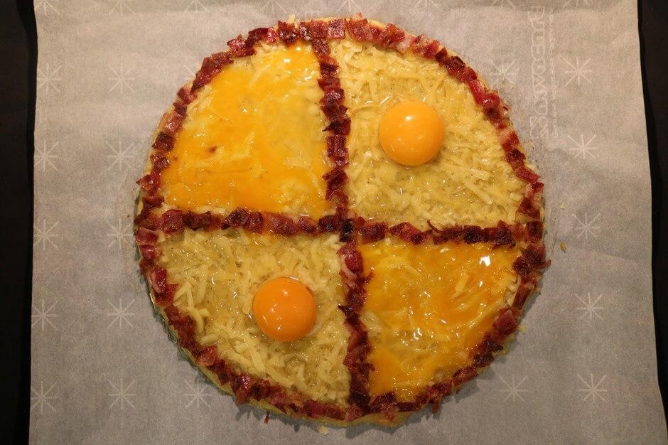 Украшаем хашбраун сыром, беконом, яйцами