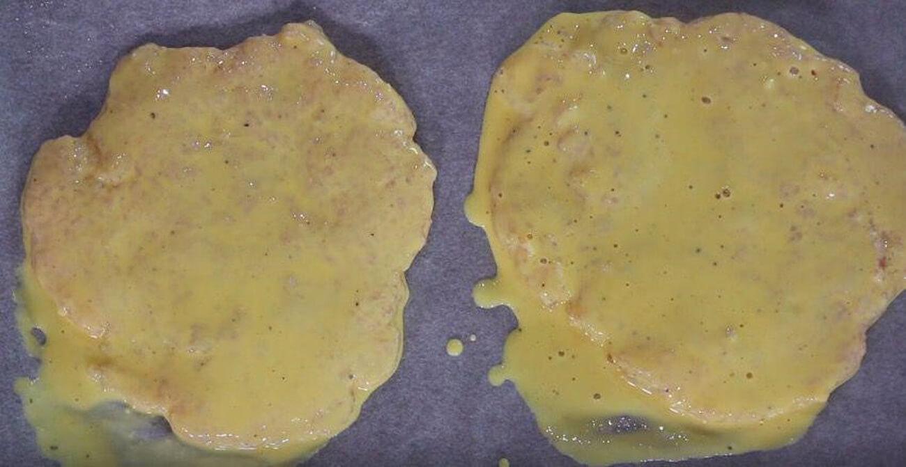 Обмакнуть пирожки с курицей в кляре. Удалить излишки и поместить котлеты на противень, выстланный бумагой для выпечки. Поместить в морозильную камеру на 1-2 часа для застывания