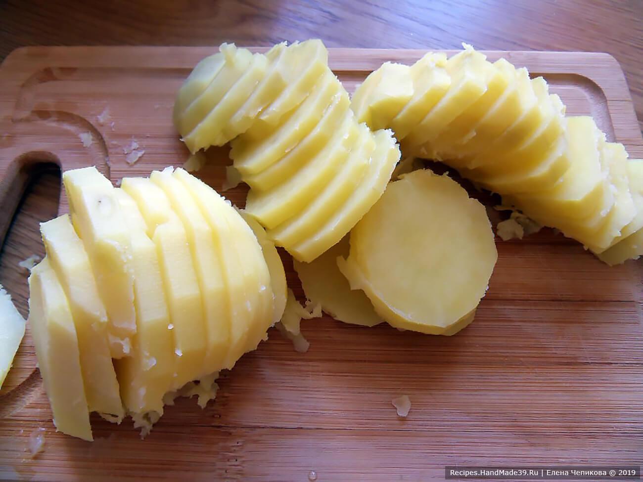 Нарезать подготовленный картофель ломтиками шириной 5 мм