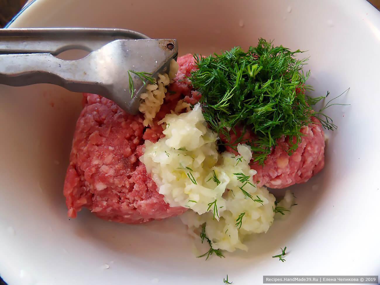Соединить мясной фарш, лук, чеснок, зелень, соль, специи. Хорошо перемешать