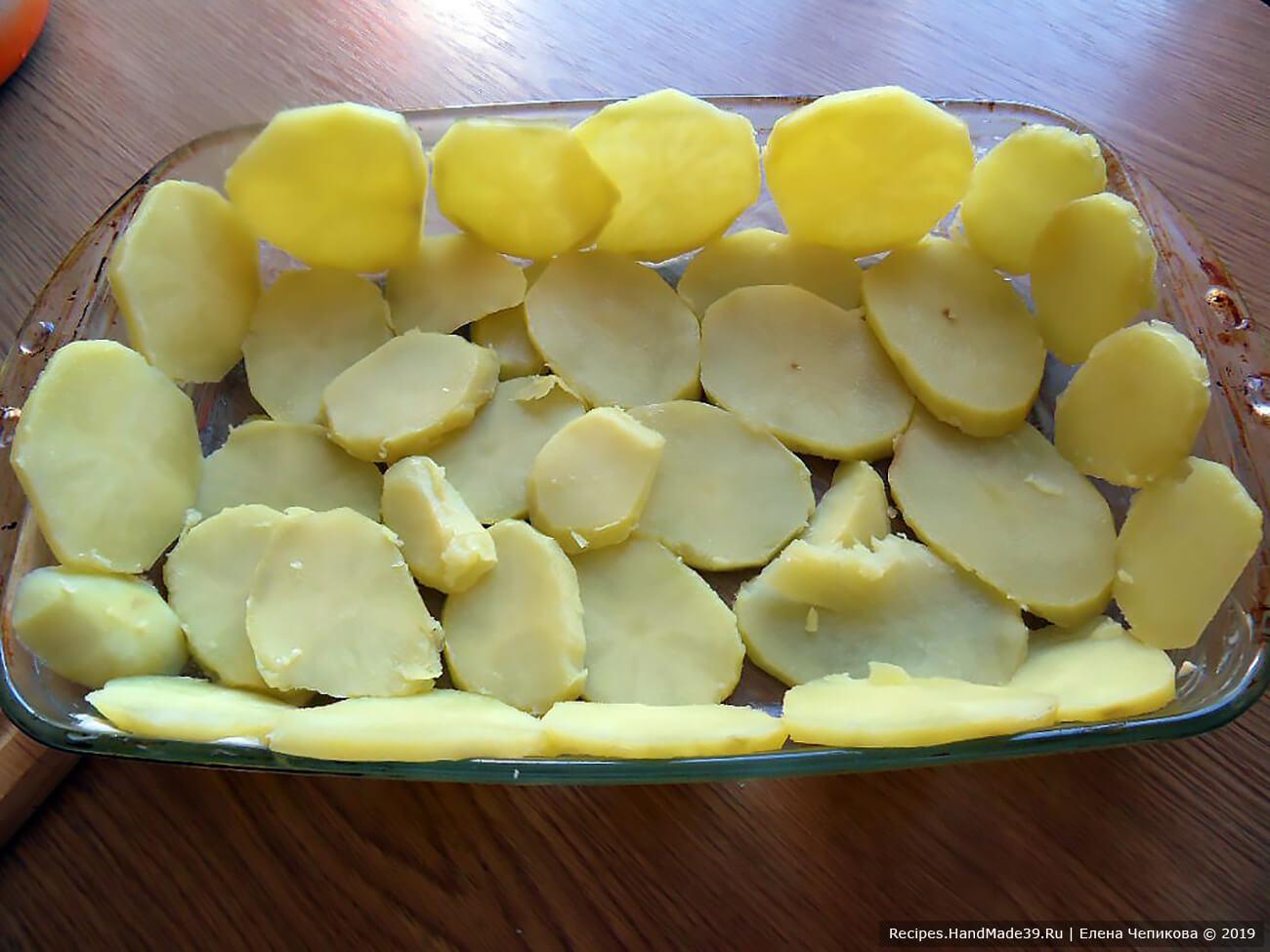 Форму для выпечки смазать сливочным маслом. Дно и бортики формы выложить картофельными ломтиками