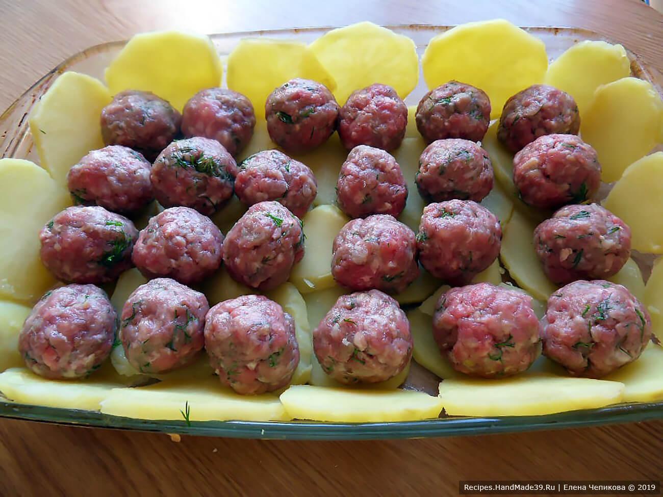 Из фарша сформировать фрикадельки, выложить их на ломтики картофеля (не плотно)