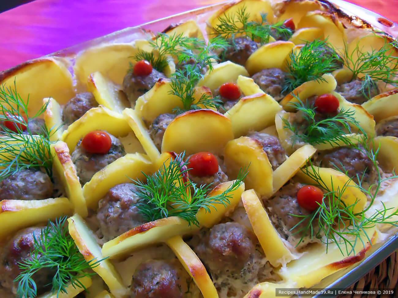 Фрикадельки в картофельных cотах под сливками можно подавать к столу в форме для запекания, добавив зелени