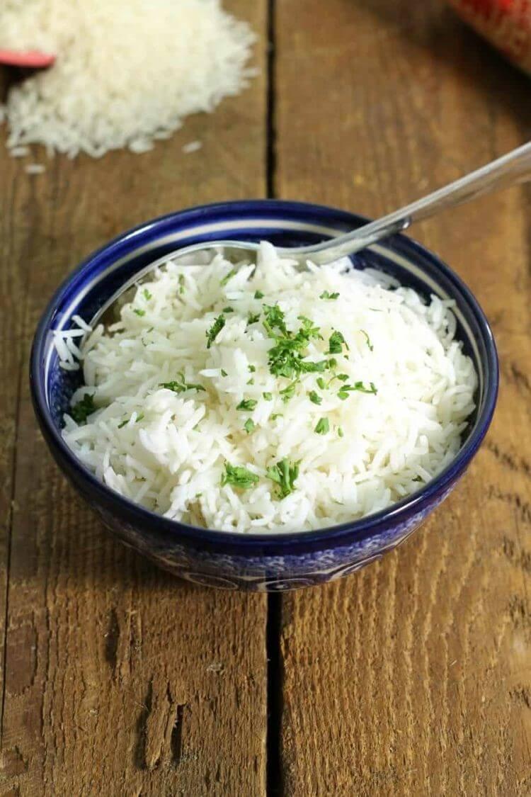 Снимите крышку и взбейте приготовленный рис басмати вилкой. Подавать сразу. Приятного аппетита!