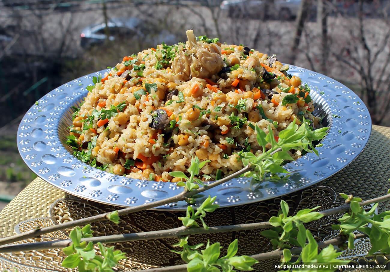 Вегетарианский плов с нутом и грибами подавать с зеленью, приятного аппетита!