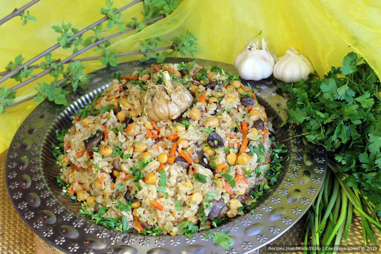 Вегетарианский плов с нутом и грибами