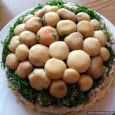 Аккуратно перевернуть салат на плоское блюдо