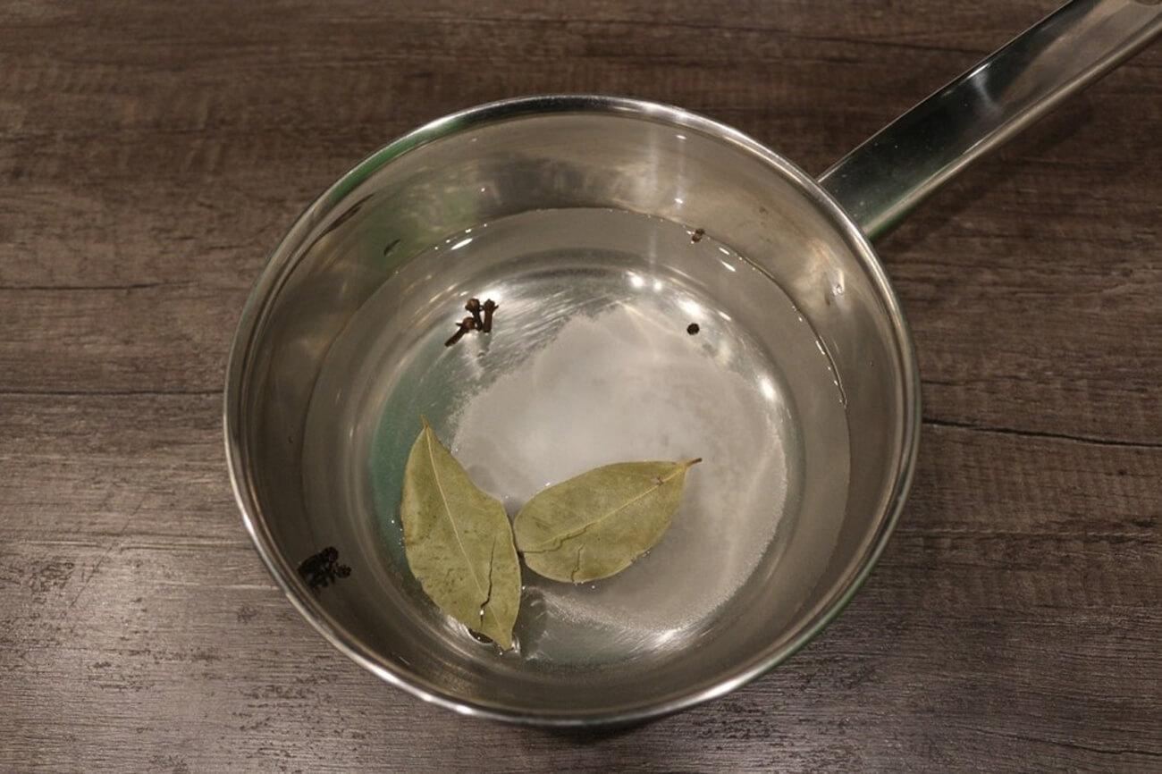 В фильтрованную воду (0,5 л.) добавить специи. Проварить маринад в течение пять минут, чтобы все кристаллы соли и сахара полностью разошлись, специи открыли и отдали маринаду весь свой вкус