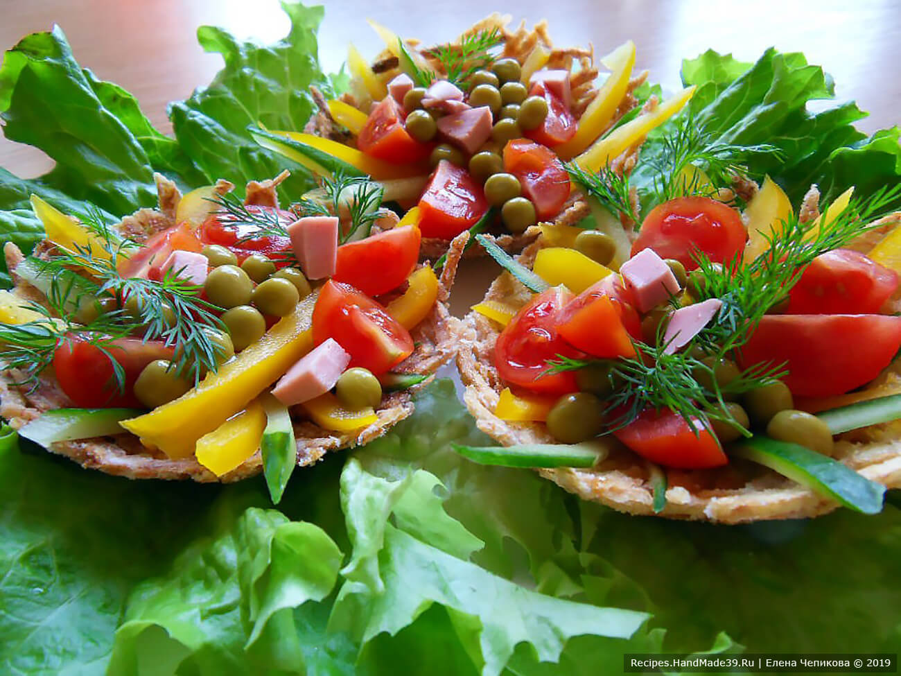 В корзинках можно подавать разнообразные овощные и мясные салаты, паштеты