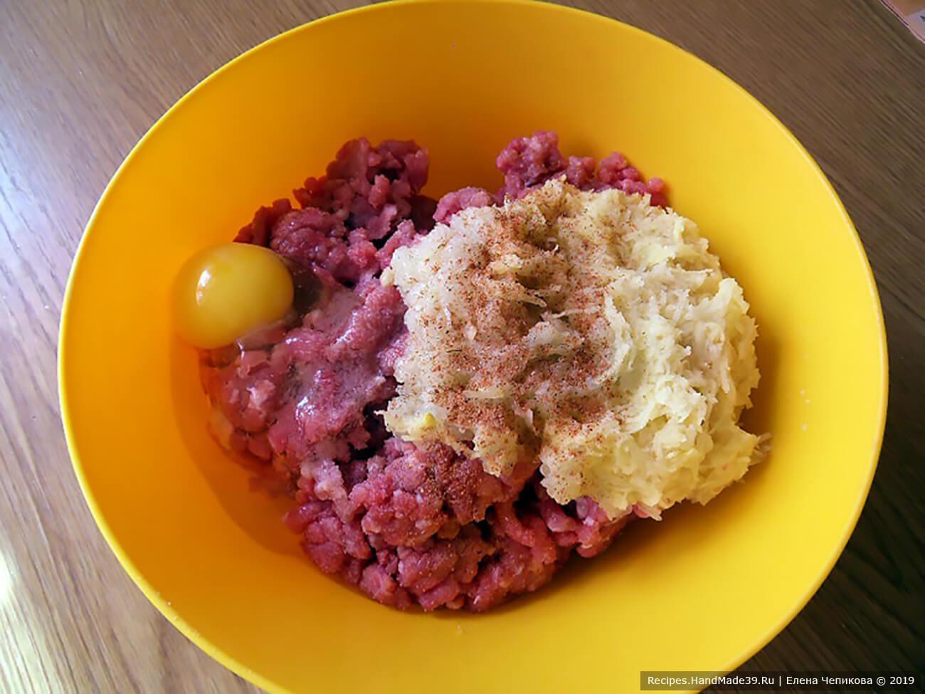 Соединить фарш индейки, картофель, лук, яйцо, соль, молотый перец. Хорошо перемешать. Дать фаршу постоять 15 минут