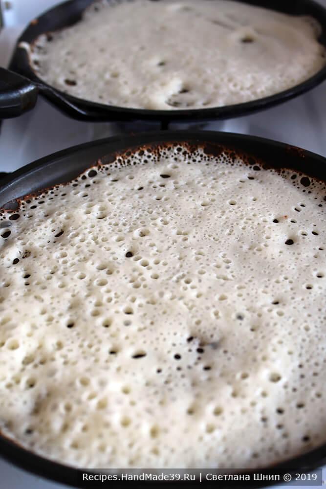 Выпекать блины при умеренном огне на хорошо разогретой сковороде, смазанной в начале жарки кусочком сала