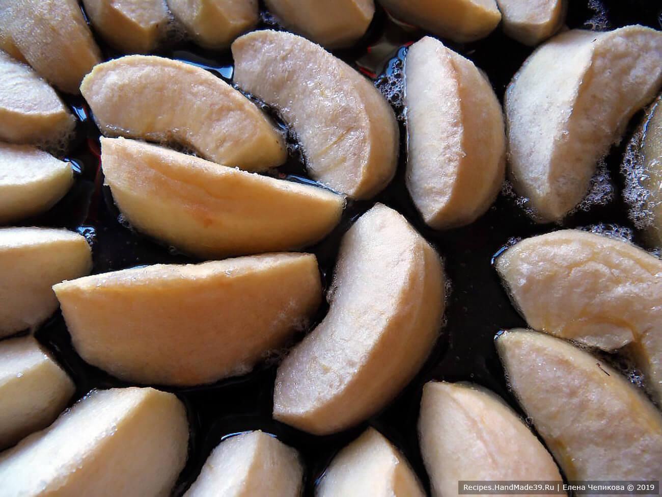 Карамелизовать яблоки 20 минут в духовке, разогретой до температуры 180 °C