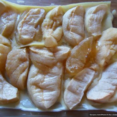В прямоугольную форму для запекания выложить поочерёдно листы лазаньи, ванильный соус, печёные яблоки