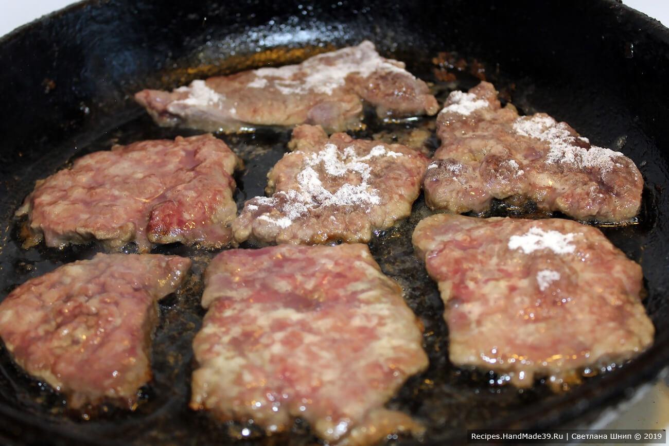 В сковороде разогреть рафинированное растительное масло. Пожарить отбивные на сильном огне до зарумянивания нижней стороны – 2-3 минуты