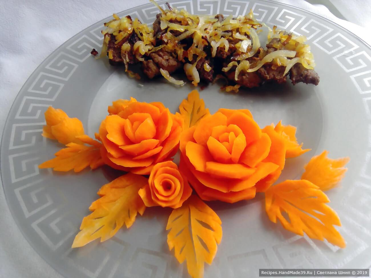 Отбивные из говяжьей печени эффектно смотрятся на тарелке с цветами из овощей. Приятного аппетита!