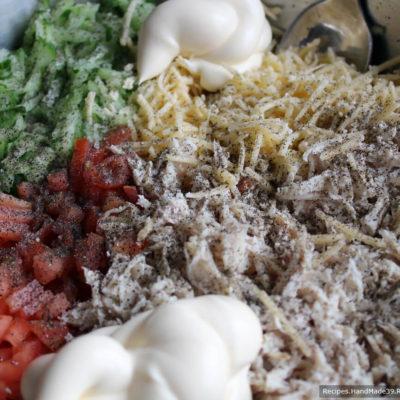 Соединить ингредиенты салата, добавить чеснок, пропущенный через пресс, и майонез