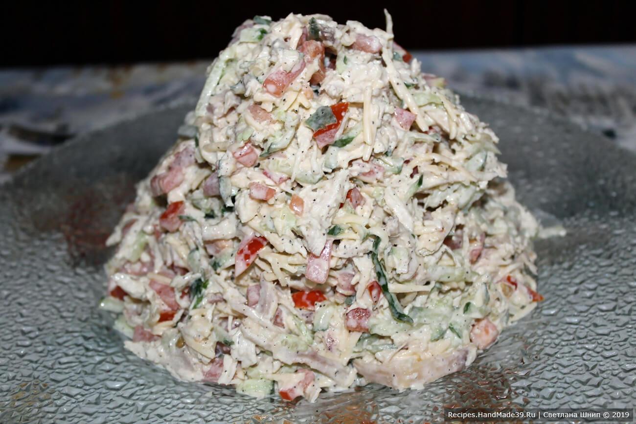 Выложить салат горкой на блюдо