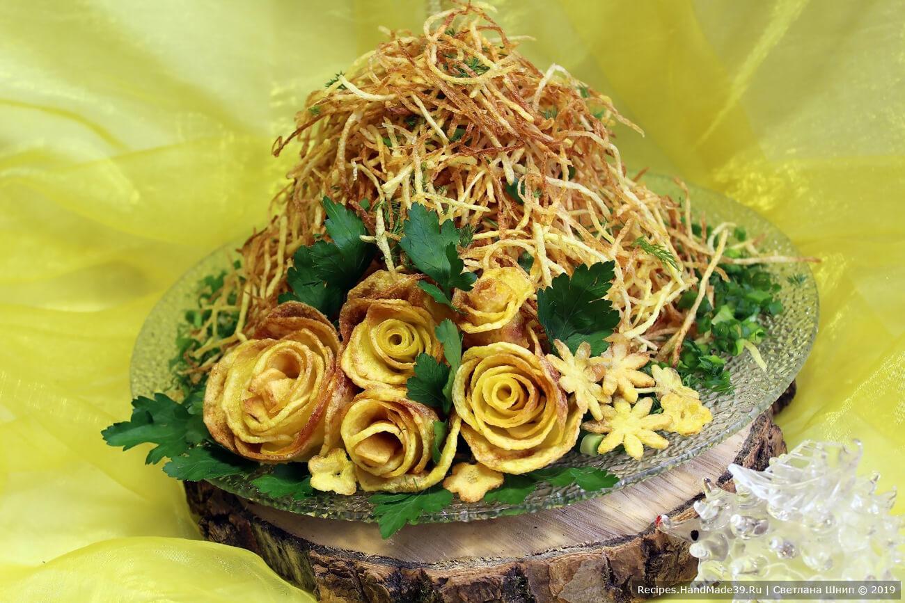 Посыпать салат картофельной соломкой. Украсить мелко нарезанным зелёным луком и зеленью. Сбоку выложить картофельные «розы» фри. Приятного аппетита!