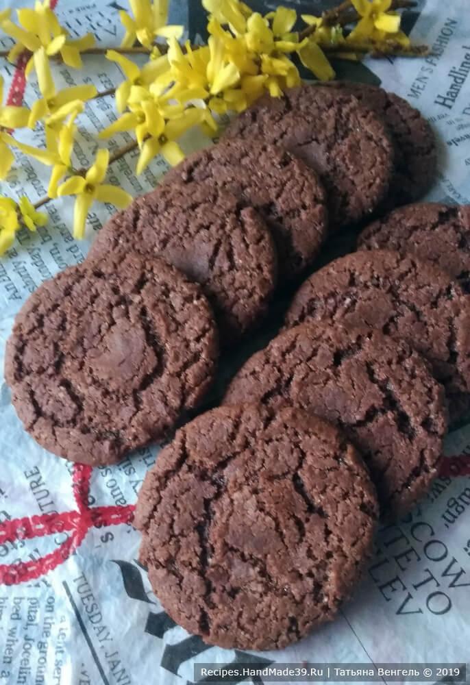 Шоколадное медовое печенье «Минутка» после выпечки оставить на противне, чтобы остыло, затем аккуратно снять. Приятного аппетита!