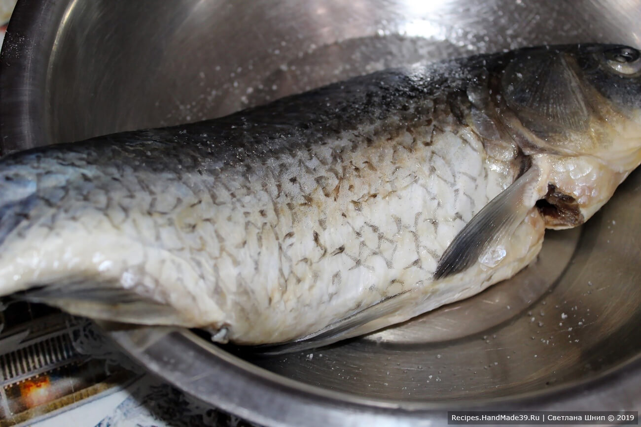 Рыбу почистить, освободить от внутренностей, удалить жабры, чтобы не испортить вкус готовой рыбы