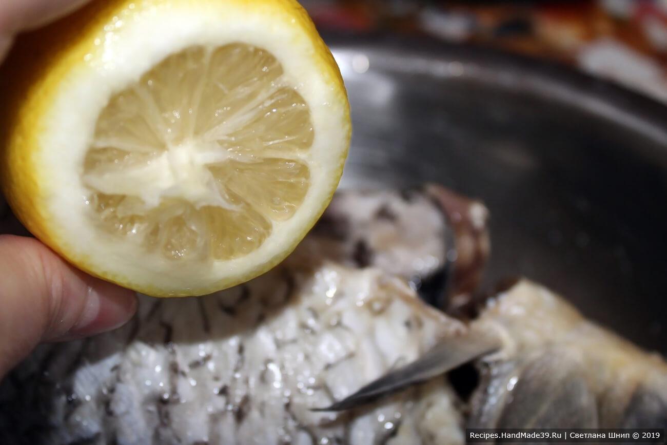 Посолить рыбу внутри и снаружи, обмазать соком лимона
