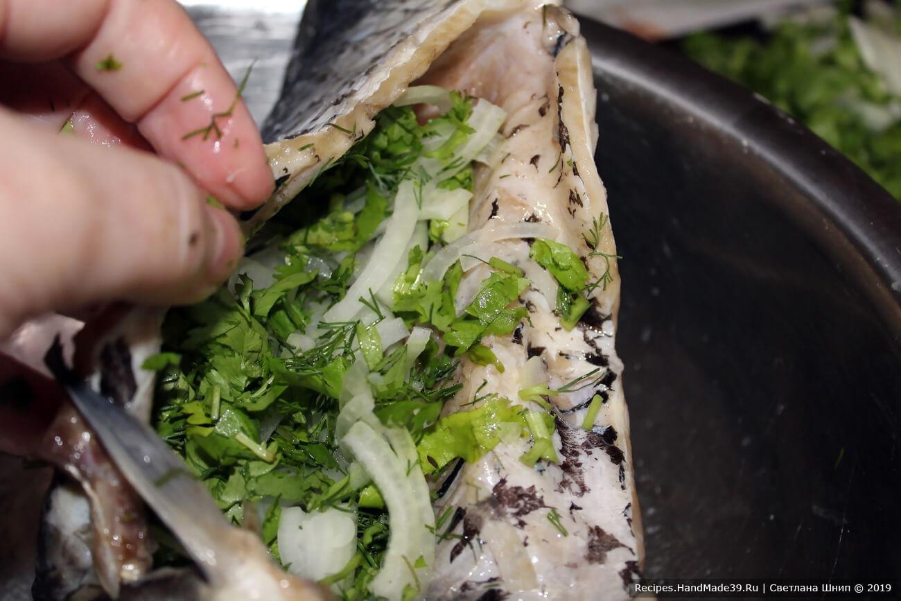 Нафаршировать рыбу смесью лука и зелени