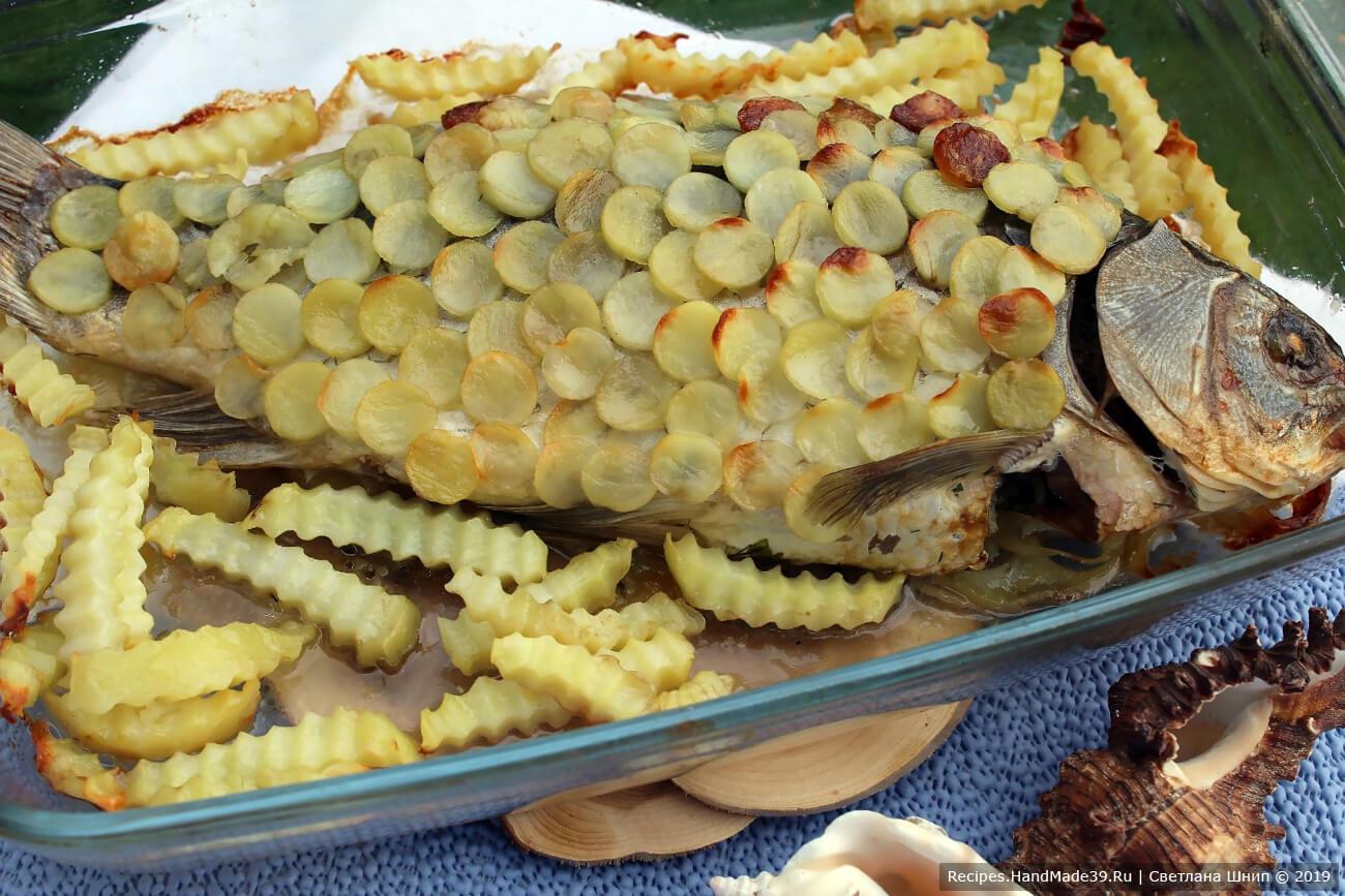 Запекать рыбу 40-50 минут в духовке, разогретой до температуры 180 °C