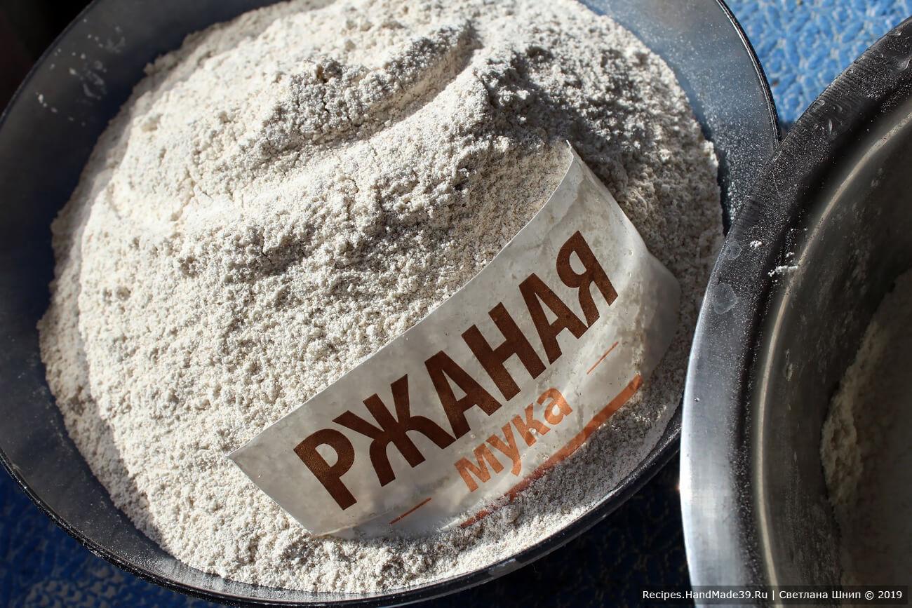 Просеять ржаную и пшеничную муку. Отруби ржаной муки, оставшиеся в сите, добавить к просеянной муке