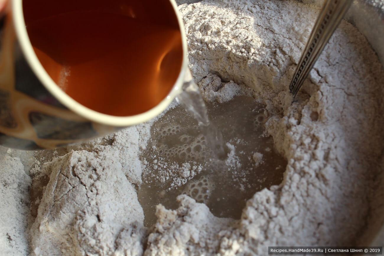 Замесить тесто, добавить соль и 250 мл воды. Тесто должно быть гладким и упругим