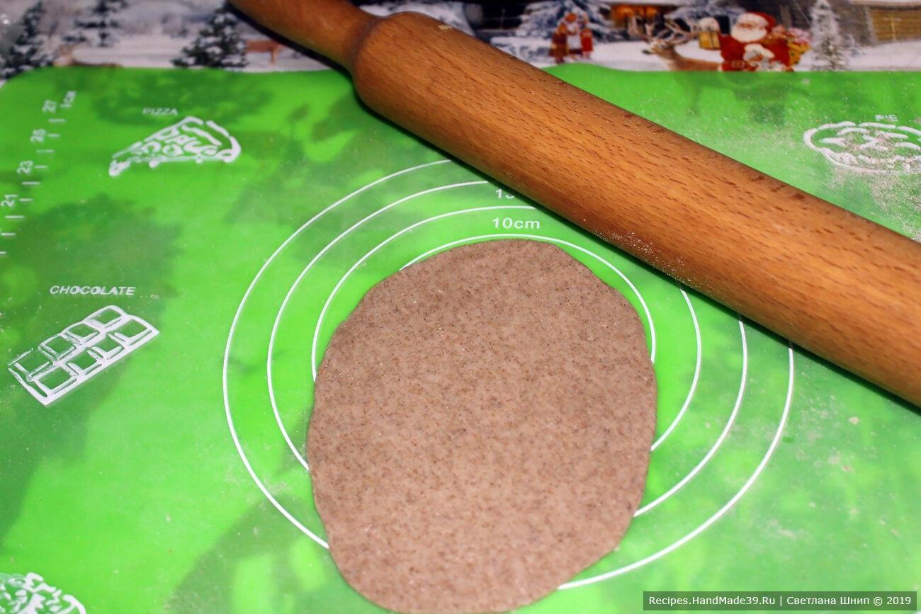 Каждый шарик раскатать скалкой в тонкий овальный пласт 10-15 см