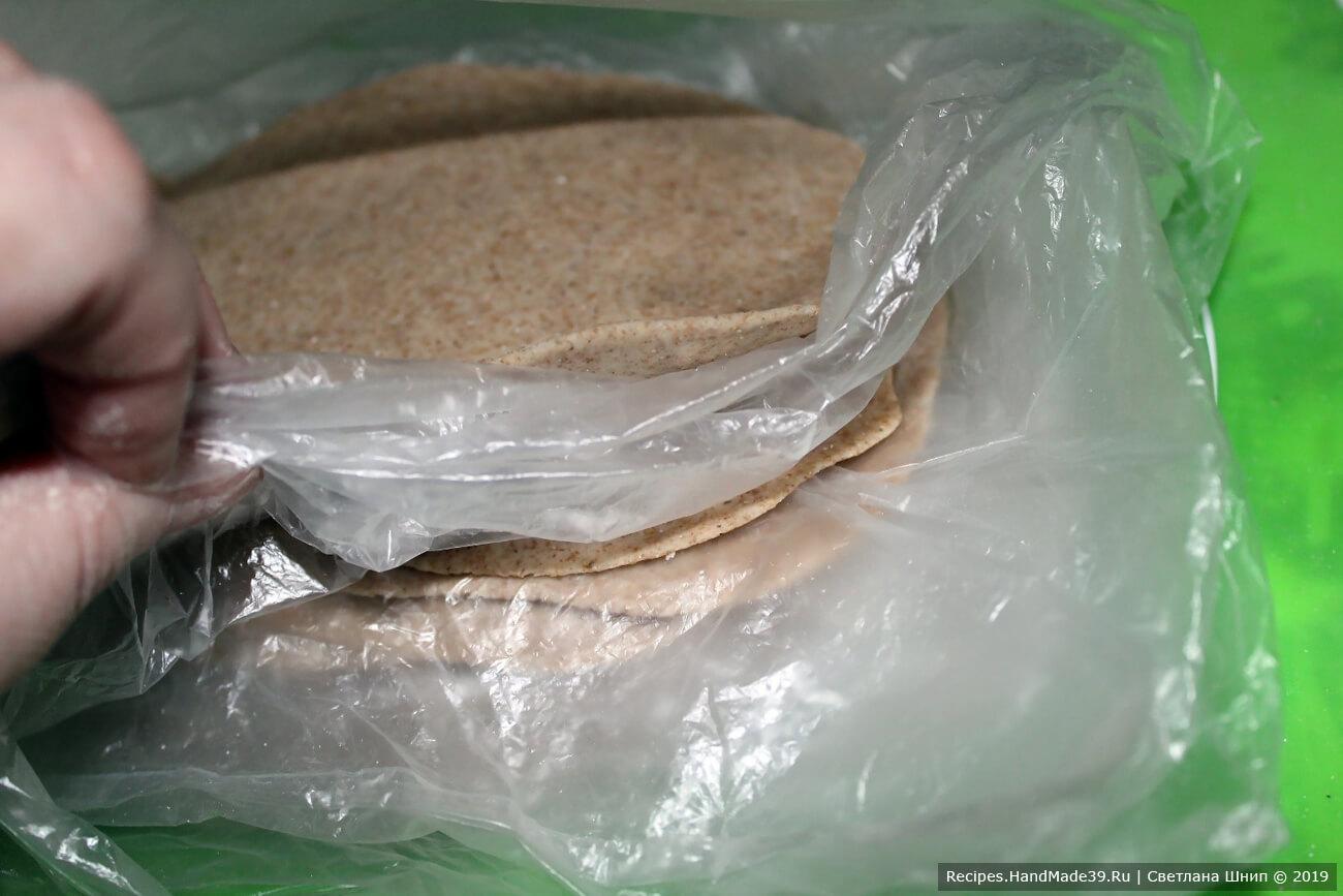 Полученные пластинки прикрыть влажной тканью или пищевой плёнкой