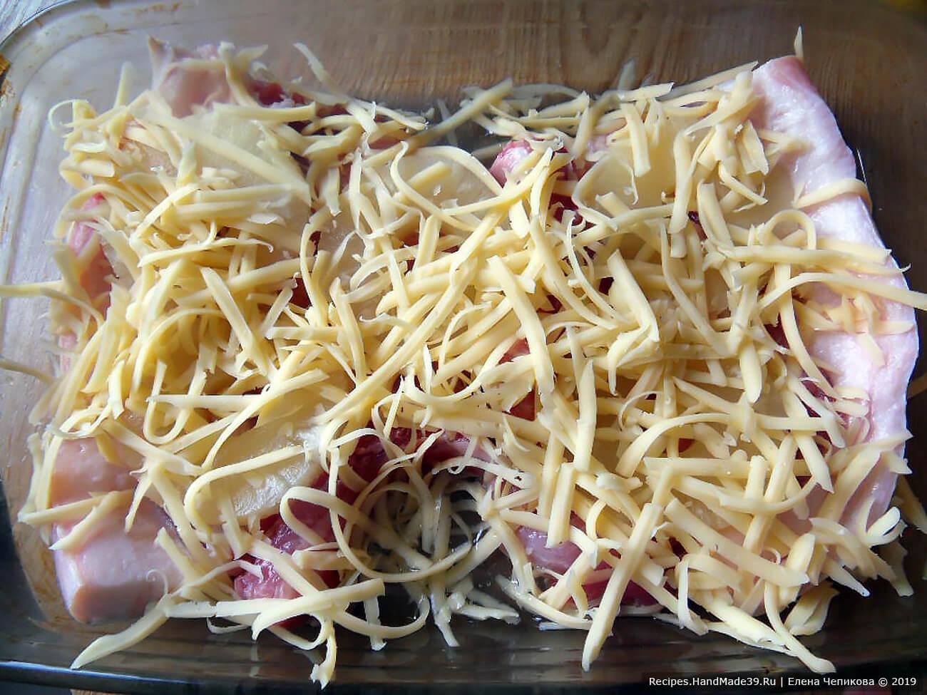 Посыпать всё тёртым сыром. Осторожно вылить в форму сок, оставшийся от маринования