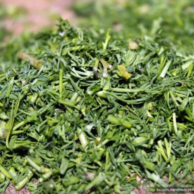 Тщательно вымыть зелень, шпинат, репчатый лук