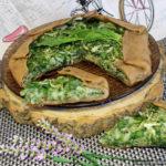 Ржаная галета с молодой капустой и шпинатом