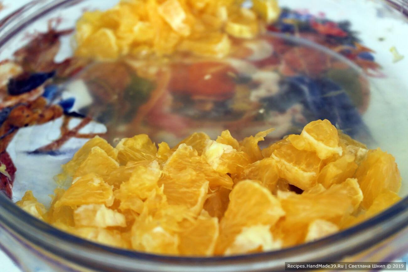 Апельсин почистить, разделить на дольки, удалить плёнки. ¾ апельсина нарезать мелкими кубиками