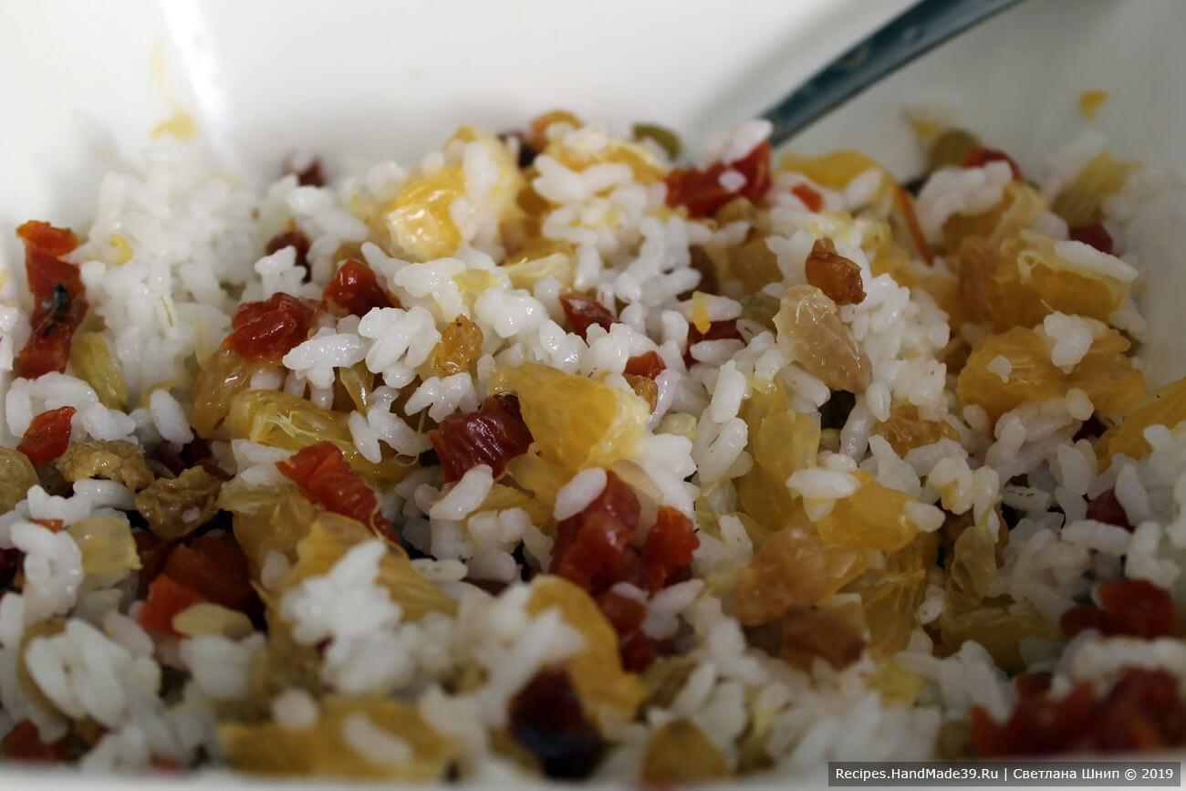 Соединить рис, курагу, изюм, апельсины. Посолить начинку по вкусу