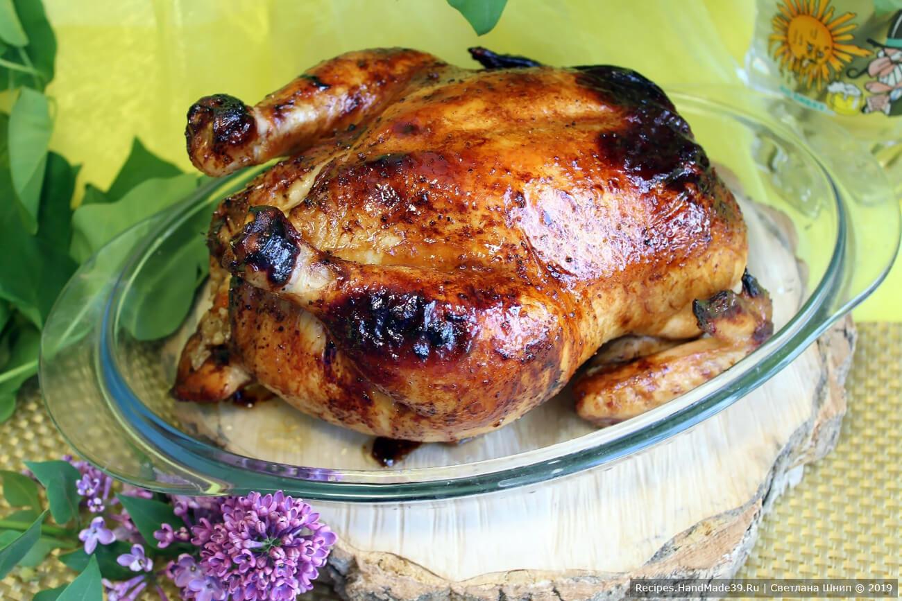 Готовую курицу немного охладить, разрезать кухонными ножницами вдоль груди, выложить начинку. Курицу разделить на порционные куски. Приятного аппетита!
