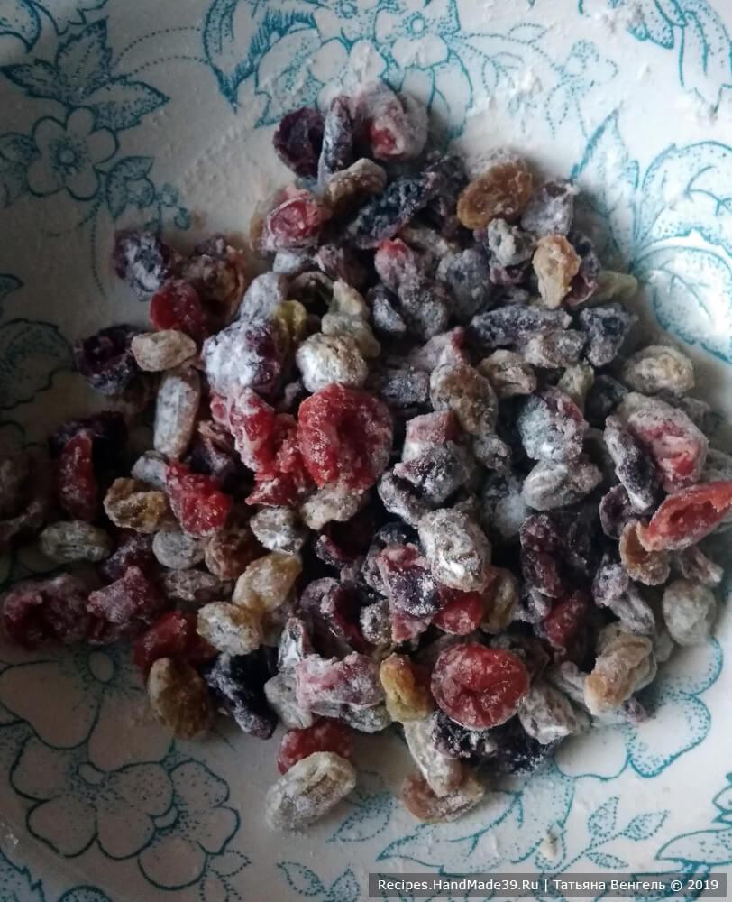 Слить воду, просушить ягоды бумажным полотенцем. Добавить 1 ч. л. муки, перемешать