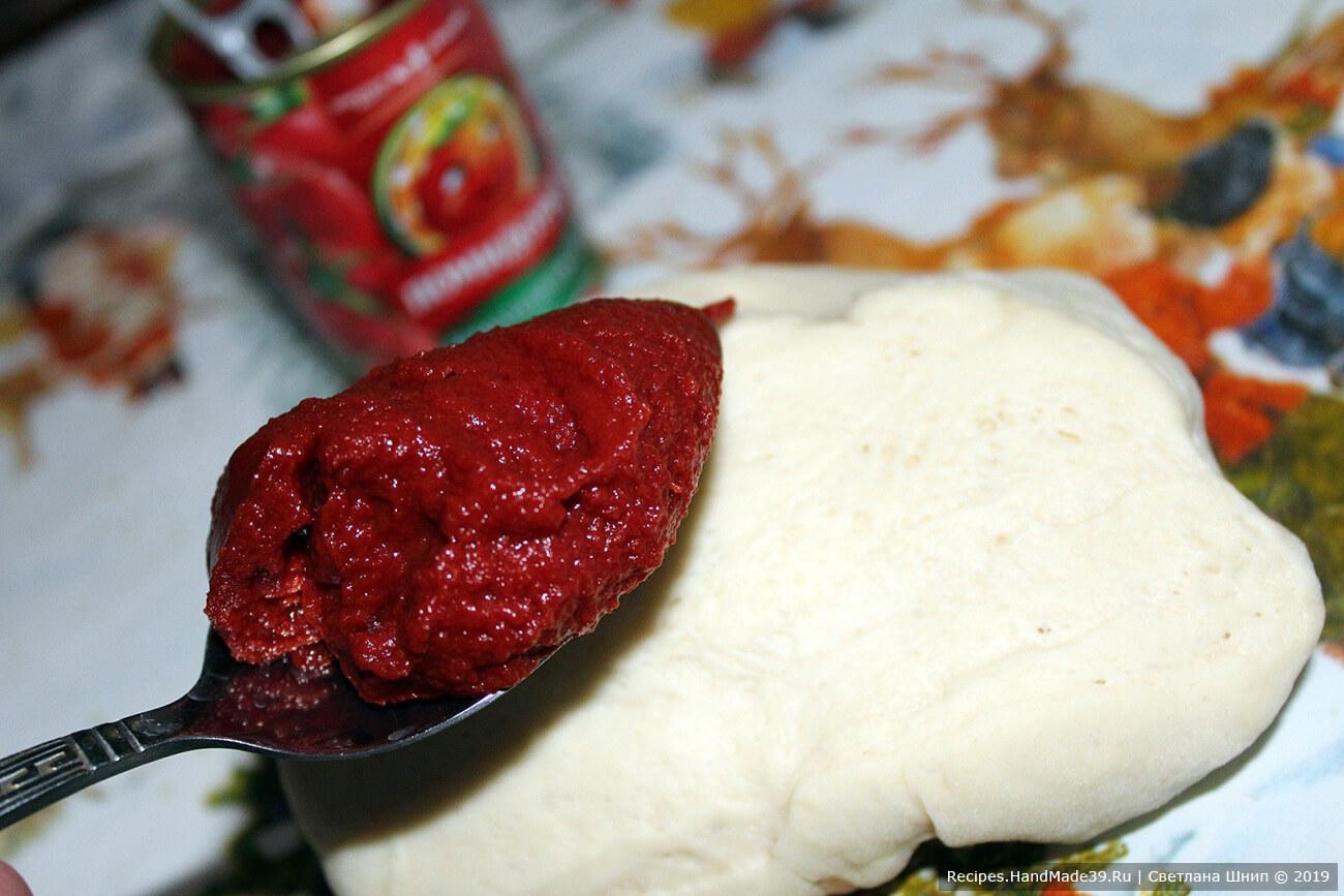 Во вторую часть теста добавить томатную пасту