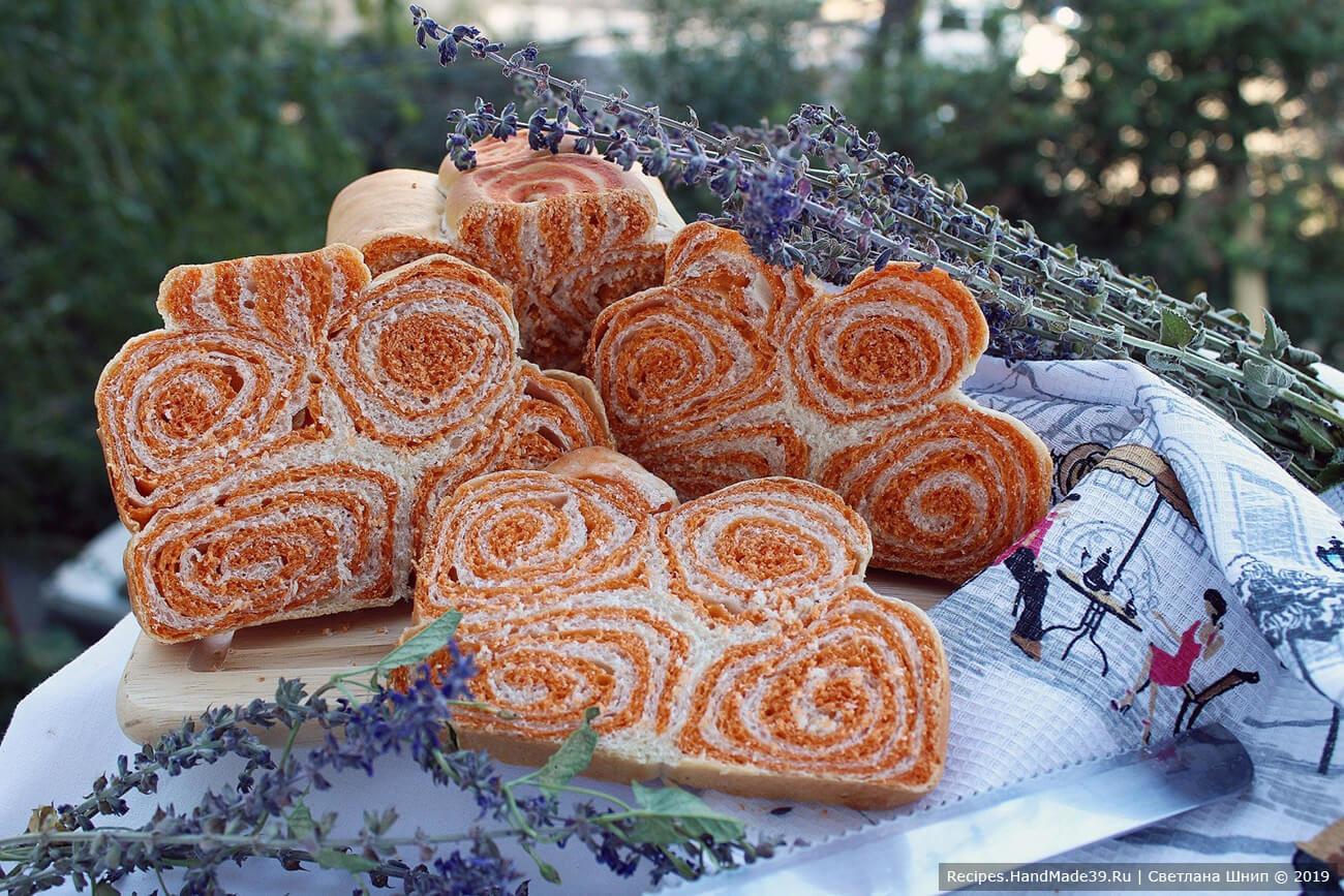 Двухцветный хлеб с томатной пастой «Рыжая завитушка»