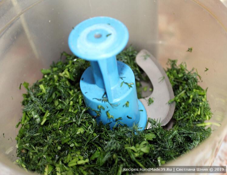 Укроп тщательно промыть, обсушить, измельчить в блендере