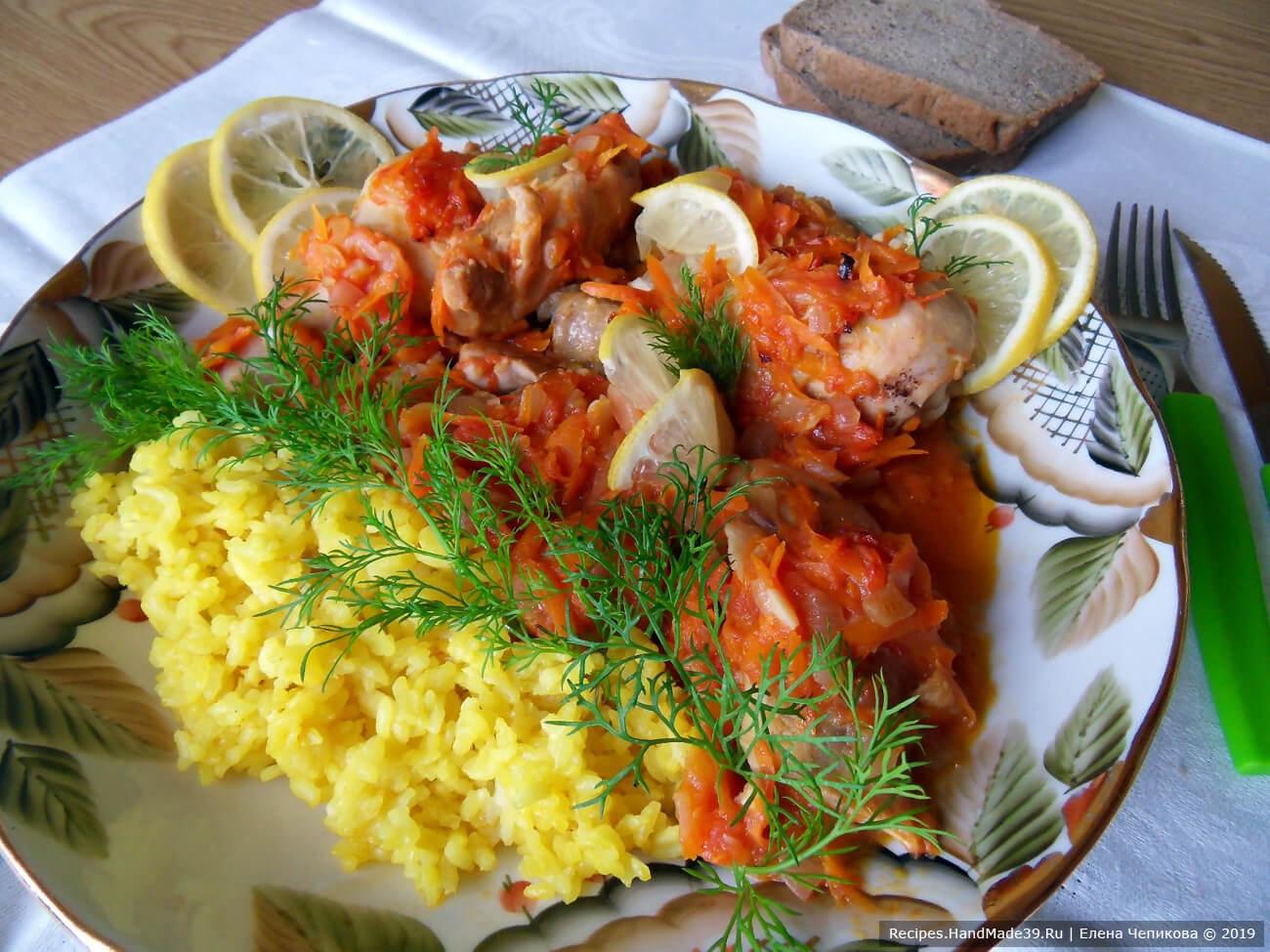 Цыплёнка-плакию подавать с зеленью и лимоном, нарезанным на ломтики. Приятного аппетита!