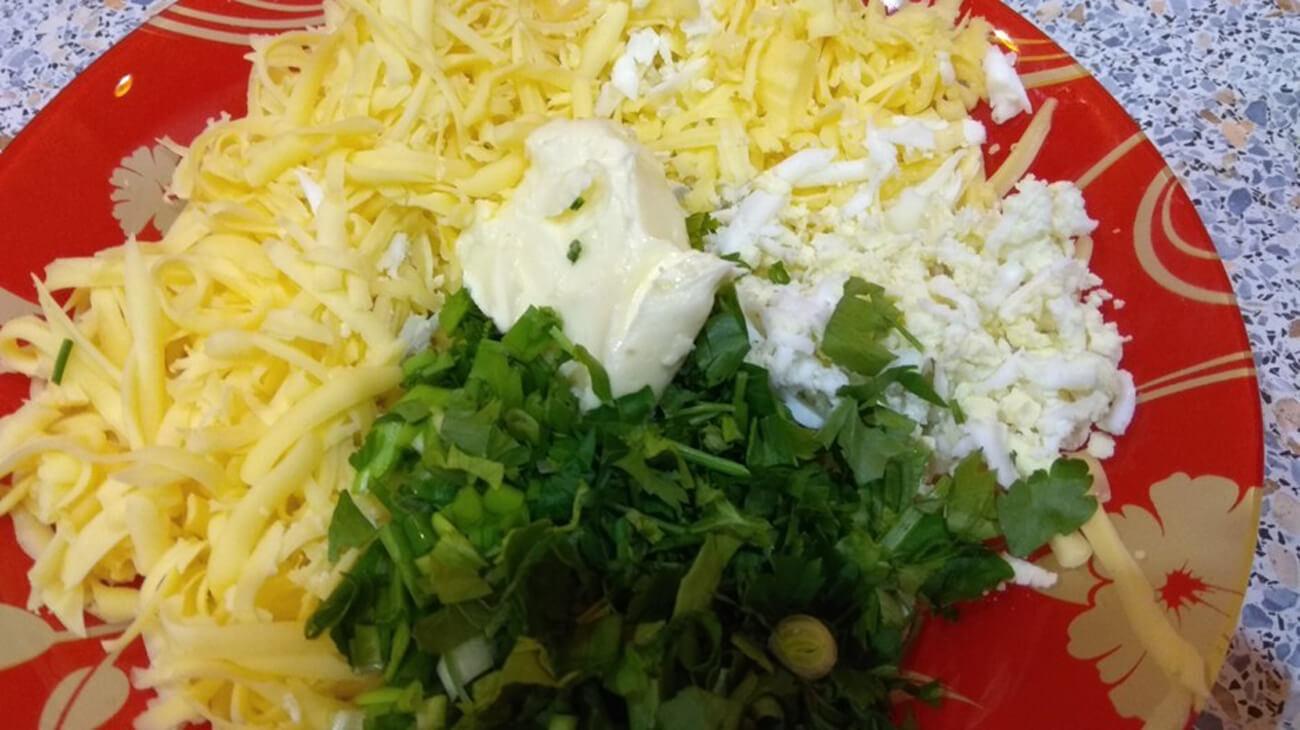 Приготовление начинки: соединить зелень, сыр, яйца и мягкое сливочное масло. Посолить по вкусу