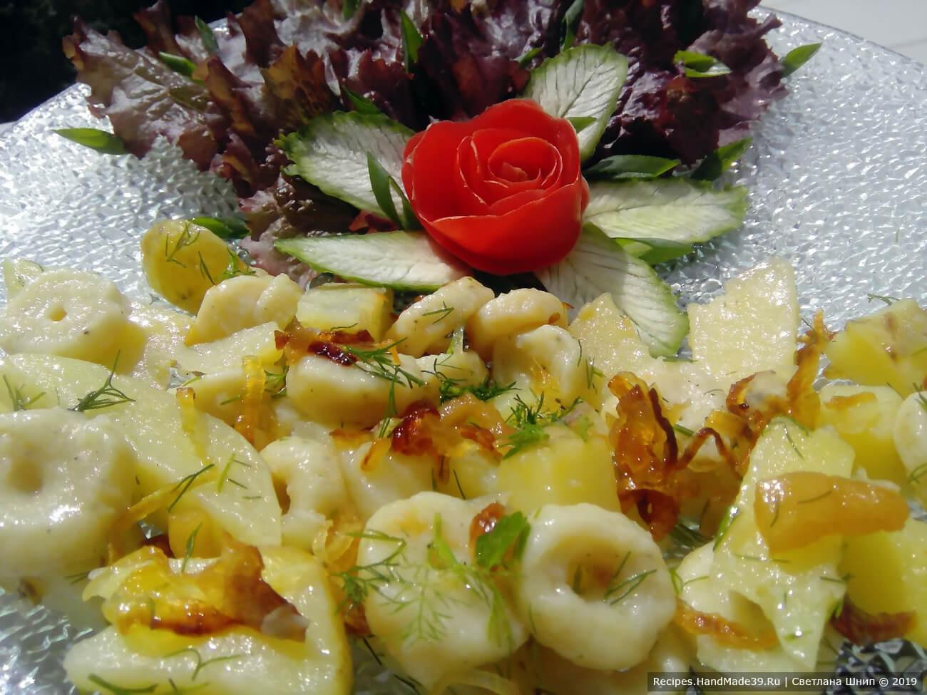 Галушки следует сразу разложить на тарелки, пока блюдо не остыло. Сверху выложить жареный лук, поперчить. По желанию добавить зелень. Подавать со сметаной