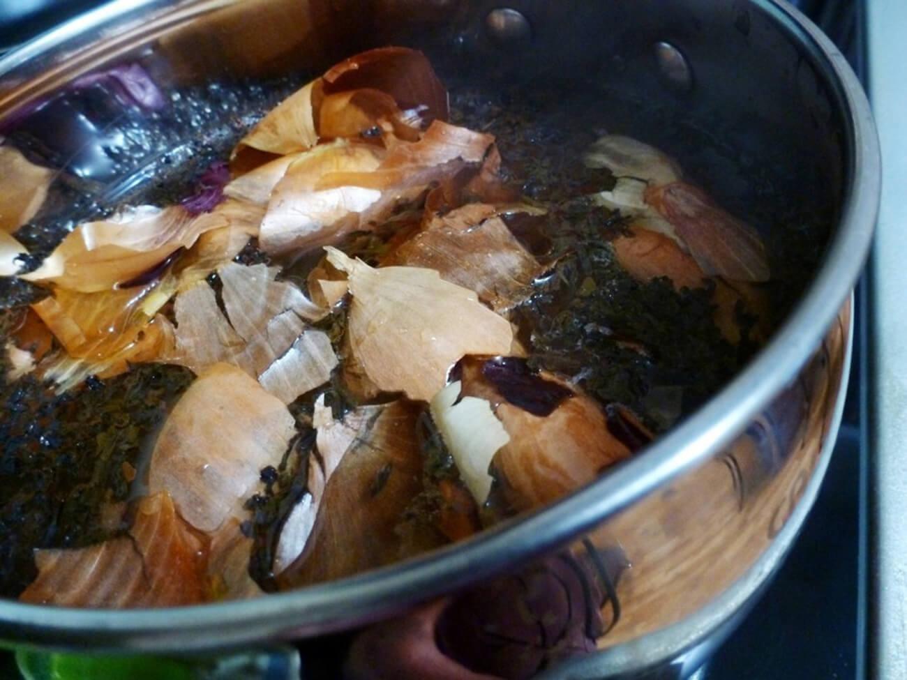 Большую пригоршню луковой шелухи хорошо промыть под проточной водой. Кипятить 5 минут. Затем оставить рассол охлаждаться