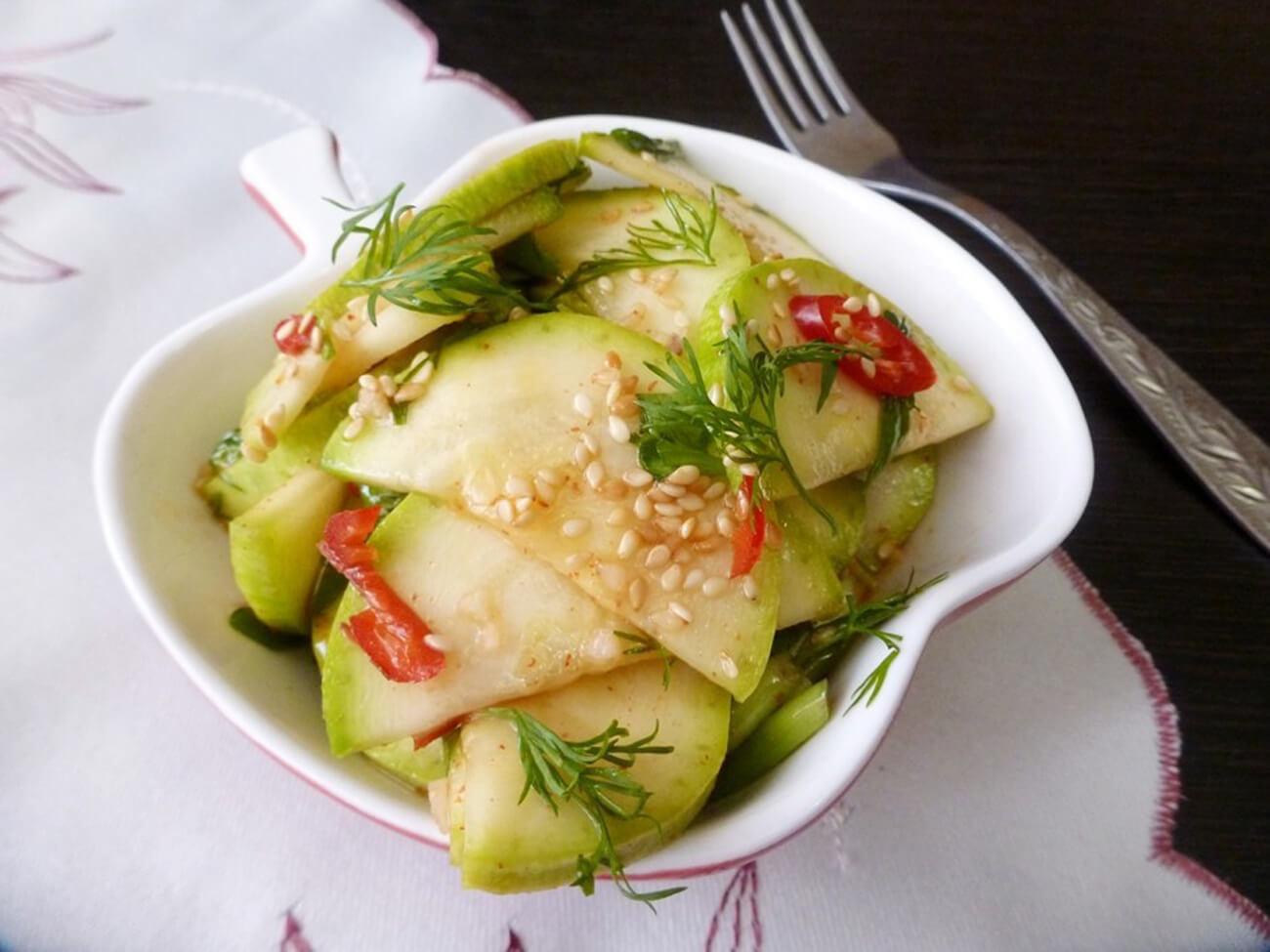 Посыпать салат кунжутом, и наши закусочные маринованные кабачки быстрого приготовления готовы! Приятного аппетита!