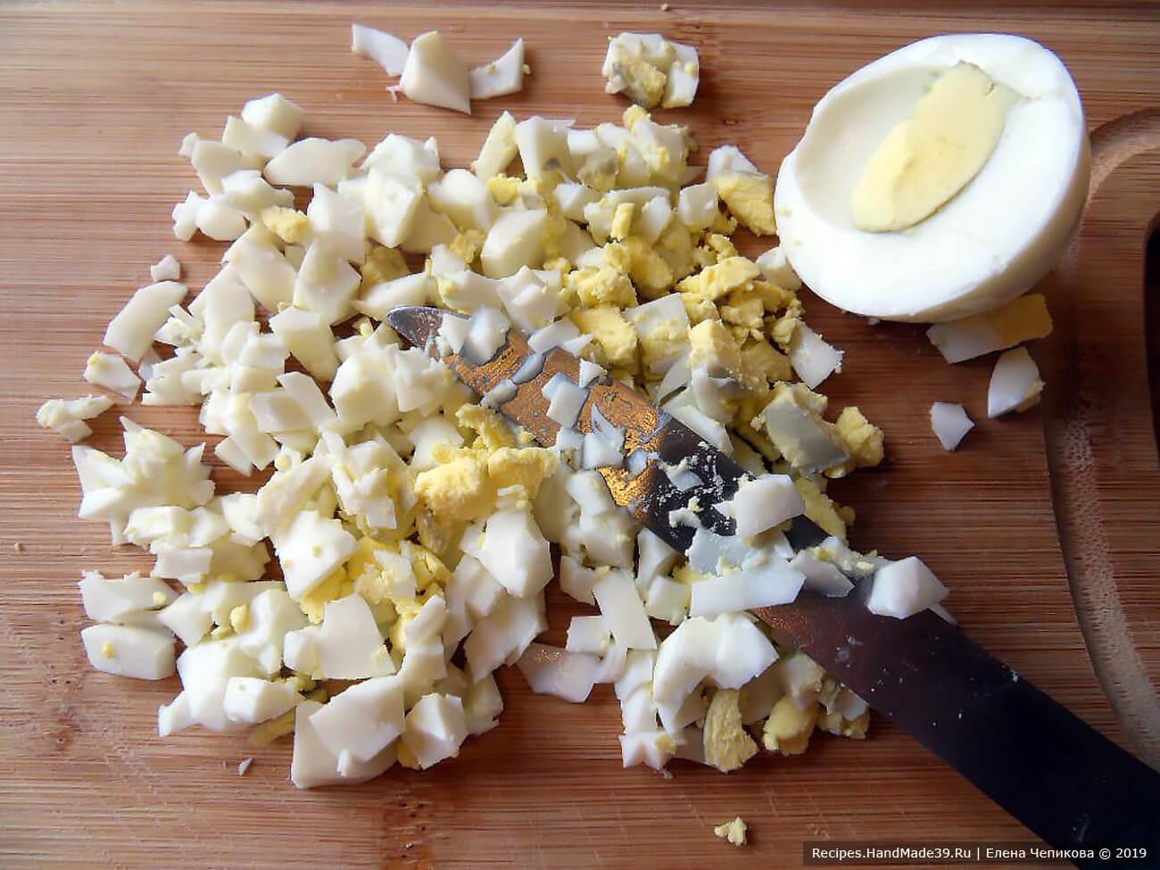 Яйца отварить вкрутую, очистить, мелко нарезать кубиками