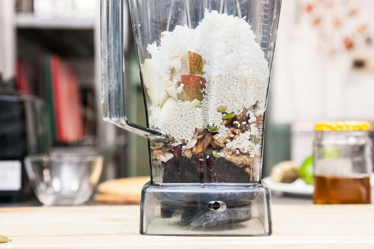 Соединить все ингредиенты в блендере (воду с замоченных орехов и стружки слить, финики очистить от косточек)