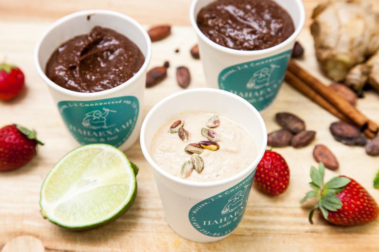 Грушевое мороженое с финиками и орехами на кокосовой стружке