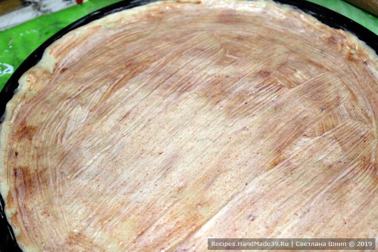 Можно дополнительно смазать поверхность майонезом или другим соусом, например, белым соусом Бешамель
